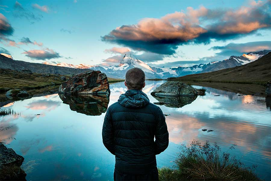 praticante de yoga contemplando a natureza