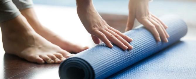 mulher enrola yoga mat