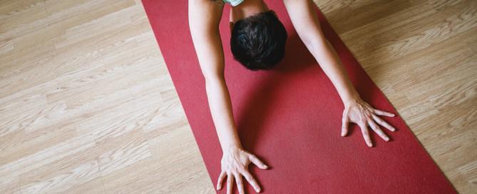 postura para comecar a praticar yoga sozinho