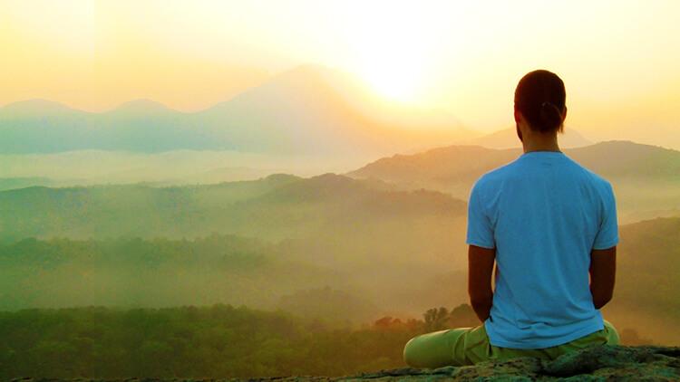 pessoa fazendo meditacao conduzida