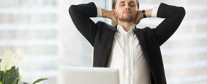 homem alivia estresse com tecnica respiratoria