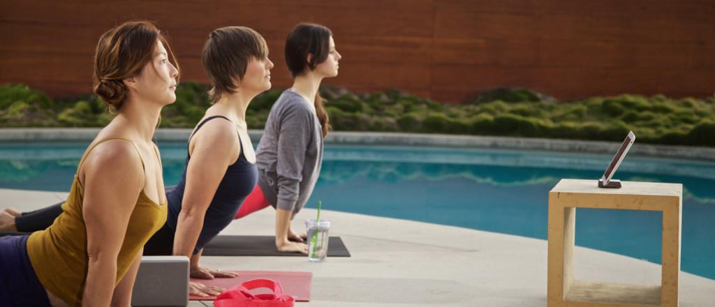 mulheres em posturas de yoga com video
